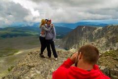 Een houdend van paar bevindt zich op berg het kussen voor stock fotografie