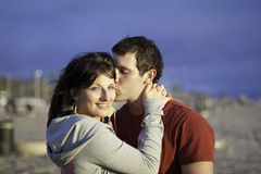Een houdend van paar bij het strand Stock Foto