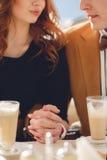 Een houdend van paar die van een koffie in café genieten Stock Foto's