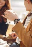 Een houdend van paar die van een koffie in café genieten Stock Fotografie