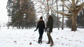 Een houdend van paar in het weerspelen van de sprookjewinter doet escaleren stock video