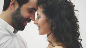 Een houdende van echtgenoot en een vrouw worden dichter om elkaar te kussen Gelukkig jong sensueel paar Wat betreft zijn neus het stock footage