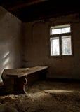 Een houten bank in een verlaten huis Stock Foto