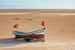 Een houten boot bij het grote zoute meer Chott Gr Jerid Royalty-vrije Stock Afbeelding