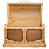 Een houten borst met een open deksel, een eiken boom royalty-vrije stock afbeelding