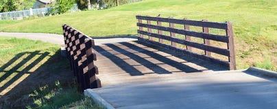 Een houten brug bij een exclusief park als het plaatsen royalty-vrije stock afbeeldingen
