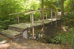 Een houten brug in een Japanse tuin Stock Afbeeldingen