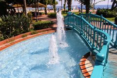 Een houten brug over de pool met fonteinen in het park van de 100ste verjaardag van Ataturk Alanya, Turkije Stock Foto's