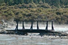 Een houten brug over een stomende modderpool Royalty-vrije Stock Afbeeldingen