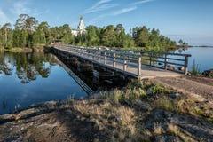 Een houten brug verbindt Nikolsky-parodie aan de rest van het eiland stock afbeeldingen