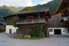 Een Houten Cabine bij een Oostenrijks Landbouwbedrijf stock foto