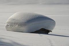 Een houten cabinehut op de achtergrond van de de wintersneeuw Royalty-vrije Stock Foto's