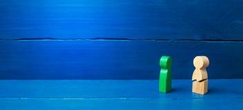 Een houten cijfer van een mens met een barst Bedreiging van het leven Verwonding en dood Nooit op geef motivatie Het concept psyc royalty-vrije stock foto