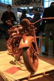 Een houten full-sized motorfiets Front View stock afbeelding