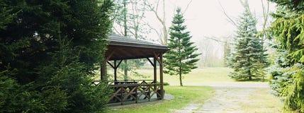 Een houten gazebo in het park stock afbeeldingen