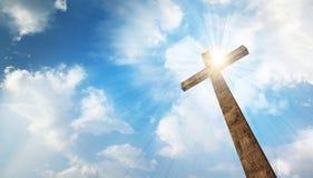 Een houten kruis met hemel Stock Foto's