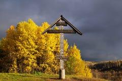 Een houten kruis op de bovenkant van de heuvel Royalty-vrije Stock Fotografie
