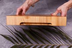 Een houten lade voor het betalen van rekeningen stock foto's