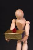 Een houten ledenpop met heden Royalty-vrije Stock Afbeeldingen
