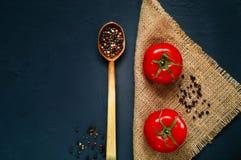 Een houten lepel en ingrediënten op een donkerblauwe achtergrond Het concept kruidig voedsel en culinaire ketchup, hoogste mening Royalty-vrije Stock Foto
