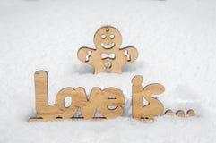 Een houten liefdeinschrijving is close-up en een houten mens Royalty-vrije Stock Afbeelding