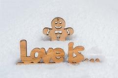 Een houten liefdeinschrijving is een houten mens in de sneeuw Royalty-vrije Stock Afbeeldingen