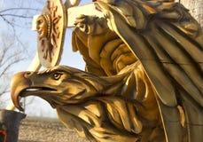 Een houten masker van een adelaar stock foto's