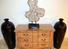 Een houten meubel met twee vazen Royalty-vrije Stock Foto