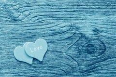 Een houten oppervlakte van blauwe denimkleur met een hart en een woord van liefde royalty-vrije stock fotografie