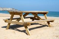 Een houten picknicklijst. Stock Afbeelding