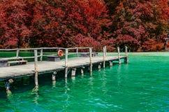 Een houten pijler op een bergmeer met duidelijk water stock afbeelding
