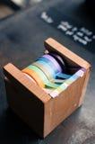 Een houten plakbandautomaat Stock Foto's