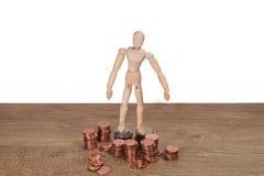 Een houten poppenmens met zijn besparingen, gouden muntstuk Allen stelden met Thaise Baht vijfentwintig cent, cent vijftig, Thais Stock Foto's