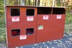 Een houten recyclingsbak ging bij de rand van een park van de staat weg Royalty-vrije Stock Fotografie