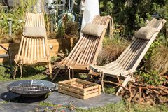 Een houten stoel op het terras, een doos met paddestoelen, een barbecue Rust, stijl van het leven royalty-vrije stock foto's