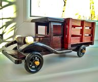 Een houten stuk speelgoed uitstekende bruine stortplaatsvrachtwagen royalty-vrije stock fotografie