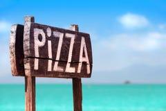 Een Houten Teken van Pizza op de overzeese kust royalty-vrije stock afbeeldingen