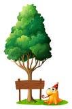 Een houten uithangbord onder de boom naast het monster Stock Afbeelding