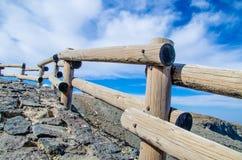 Een houten vangrail op een landelijke kant van de weg met een aardig perspectief. royalty-vrije stock foto