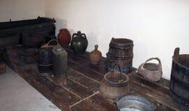 Een houten vat voor druif-stampt, emmers en andere antieke huishoudenpunten in de kelderverdieping van een traditionele Bulgaarse stock foto