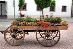 Een houten wagen met bloemen Stock Afbeeldingen
