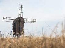 Een houten windmolen in Zweden stock afbeelding