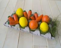 Een houten wortel is een stuk speelgoed Kinderen` s stuk speelgoed van oranje kleur stock afbeelding