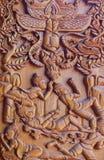 Een houtsnijwerk depictiong beeld op de muur van tempel in thailan royalty-vrije stock foto