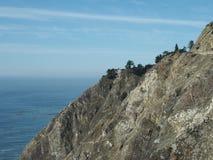 Een huis bevindt zich langs de kust van de Vreedzame Oceaan Royalty-vrije Stock Afbeeldingen