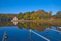 Een huis door het overzees in de herfst Royalty-vrije Stock Afbeeldingen