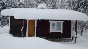 Een huis in het dorp in Scandinavië in sneeuw stock videobeelden