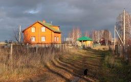 Een huis in het land Stock Foto's