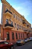 Een huis met een ` één muur ` Een blik op een scherpe hoek, leidt tot de illusie van het gebrek aan een zijgevel van het gebouw stock foto's