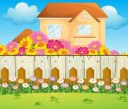 Een huis met bloeiende bloemen Stock Foto's